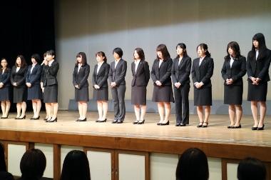 画像:壇上に並ぶ学生