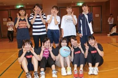 画像:ボールを抱える学生たち