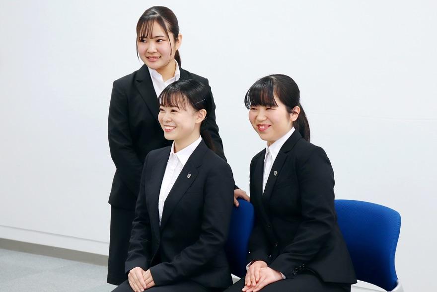 画像:スーツ姿の学生