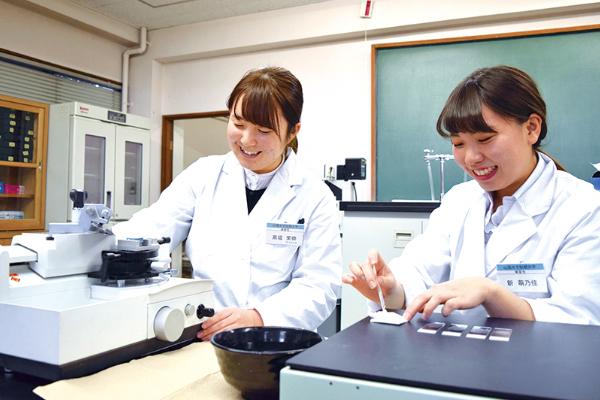 画像:病理検査を行う学生