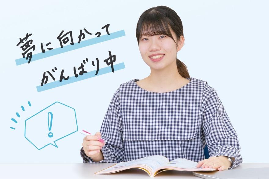 画像:テキストを開く学生