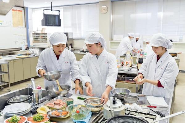 画像:栄養学実習を行う学生