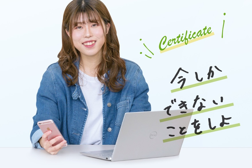 画像:ノートパソコンを開く学生