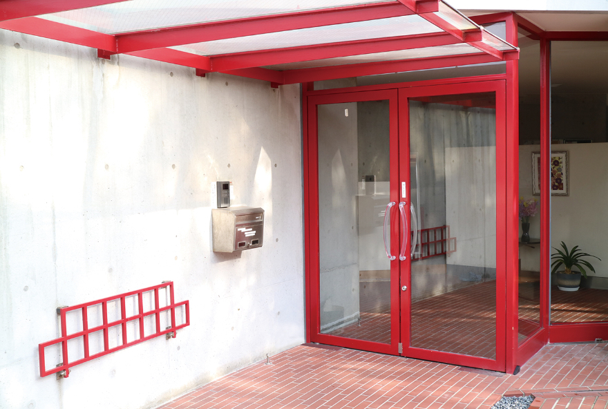 画像:赤の玄関